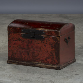 Chest with thick red original lacquer